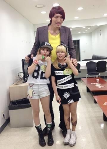 Tiny-Gのメンバーミョンジ(左)とチェ・ホンマン(中央)と歌手トヒ。