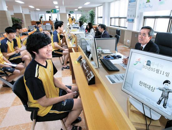 今年最初の徴兵検査が27日、ソウル地方兵務庁で行われた。