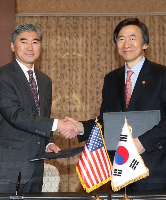2日午後、ソウル都染洞(トリョムドン)の韓国外交部庁舎で行われた第9次在韓米軍防衛費分担協定(SMA)の署名式で、尹炳世(ユン・ビョンセ)外交部長官(右)とソン・キム駐韓米国大使が両国を代表して協定文に署名した。