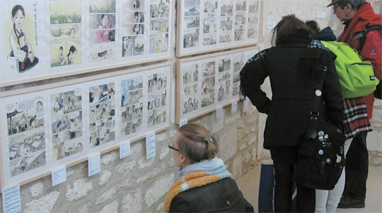 1日、フランスのアングレム劇場で日本軍の慰安婦被害者の韓国漫画企画展を見に来た観覧客がキム・グァンソン、チョン・ギヨン作家の『蝶々の歌』を見ている。