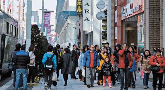 中国人観光客が東京・銀座の通りを埋め尽くしている。昨年12月に中国人観光客は1年前より84.8%増えた。「爆買い」という言葉ができるほどお金も多く使う。