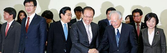 村山富市元首相(前列右から2人目)が12日午後に国会で「正しい歴史認識を通じた韓日関係の確立」をテーマに講演した。村山元首相はこの日、日本軍慰安婦問題に対し「女性の尊厳を奪った言葉では言い表せない過ちを犯した」と話した。講演に先立ち記念撮影後に参席者があいさつを交わしている。