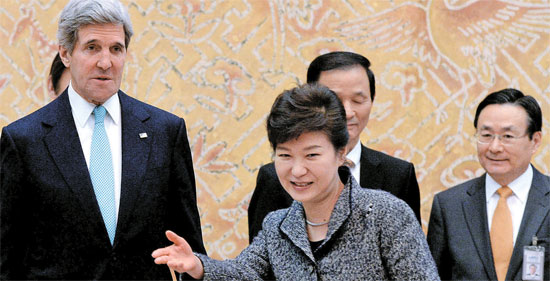 朴槿恵(パク・クネ)大統領は13日、ジョン・ケリー米国務長官と面会した席で、オバマ大統領の4月訪韓について「歓迎する」と述べた。ケリー長官は「私たちは過去60年間の歴史を共に歩み、また今後60年に向けて進まなければならない」と述べた。(写真=青瓦台カメラマン団)