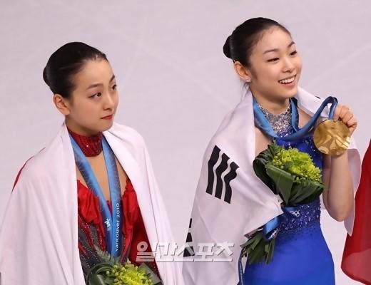 浅田真央(左)とキム・ヨナ。