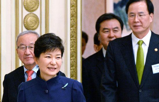 朴大統領が20日、青瓦台で開かれた企画財政部・金融委・公正取引委の業務報告で、「公共機関の放漫経営の根絶はもちろん、生産性と効率性をさらに高めていくべきだ」と述べ、公共機関の改革を改めて強調した。左側から玄オ錫(ヒョン・オソク)経済副総理兼企画財政部長官、朴大統領、申斉潤(シン・ジェユン)金融委員長、盧大來(ノ・デレ)公正取引委員長。(写真=青瓦台写真記者団)