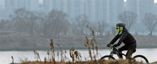 23日、ソウル・漢江の二村地区の向かい側ノドゥルソムとアパート団地がもやの中に包まれている。国立環境科学院はきょうも全国的に粒子状物質濃度が高いと予想した。