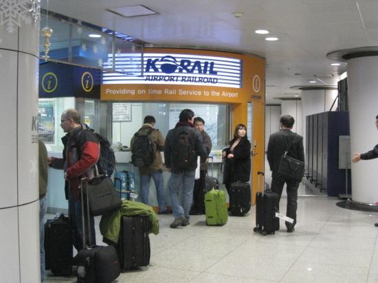 「1330」電話が設置された仁川空港駅の案内センター。