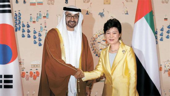 朴槿恵大統領が27日、ムハンマドUAEアブダビ王太子に面会し、協力方案を議論した。UAEは中東で唯一韓国と「戦略的パートナー関係」を結んだ国だ。