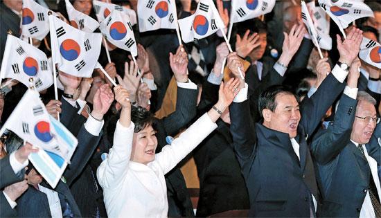 朴槿恵(パク・クネ)大統領(前列左)は1日、第95周年三一節(独立運動記念日)の記念演説で「過去の過ちを振り返ることができないなら新しい時代を開くことはできず、誤りを認められない指導者は新しい未来を開いていくことはできない」と述べ、日本の右傾化の動きに対して強い警告のメッセージを送った。(写真=青瓦台写真記者団)