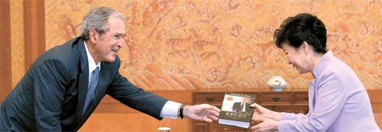 朴大統領が3日、青瓦台(チョンワデ、大統領府)を訪問したブッシュ前米大統領から韓国語版の著書『決断のとき』を受けた。『決断のとき』は、ブッシュ前大統領が8年間の在任期間にあった米多発同時テロ、金融危機、アフガニスタン戦争、イラク戦争などに関する政策決定過程と自分の幼児期、家族の話などを書いた回顧録。(写真=青瓦台写真記者団)