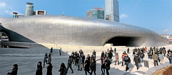 非定型建築物の大家、ザハ・ハディッドが設計した東大門デザインプラザ(DDP)はUFOに似ている。2009年3月に着工し4840億ウォンが投入されたDDPが21日にオープンする。