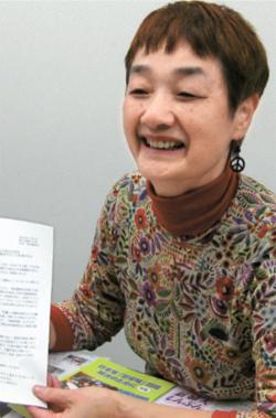 新日本婦人の会の笠井会長が、「どこの国にも(慰安婦問題は)あった」と妄言を吐いた籾井NHK会長に送った抗議の書簡を見せている。