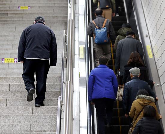 高度肥満症患者であるチョン・ソンホさん(仮名)が先月28日、ソウルの地下鉄の駅でほかの人が利用するエスカレーターを避けて1人で階段を歩いて上がっている。貧しいほど簡単に肥満になりやすく、肥満症患者は正常な社会・経済生活に大きな困難を訴える。