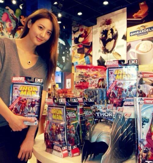 スヒョンが5日、『アベンジャーズ』出演を記念し、アベンジャーズの玩具のそばで撮った写真をツイッターに載せた。(写真=スヒョンのツイッター)