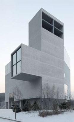 単純な形態にコンクリートで作った韓国京畿道(キョンギド)に位置するRWコンクリート教会。