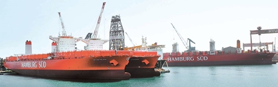 10日に命名式が行われた1万TEU級コンテナ船が蔚山(ウルサン)現代造船所に停泊している。船主のギリシャ・エネセル社はこの船にギリシャの地名にちなんでケプサンスニオ、タラーサエルピーダという名前を付けた。ケプサンは岬、タラーサは海を意味する。(写真=現代重工業)