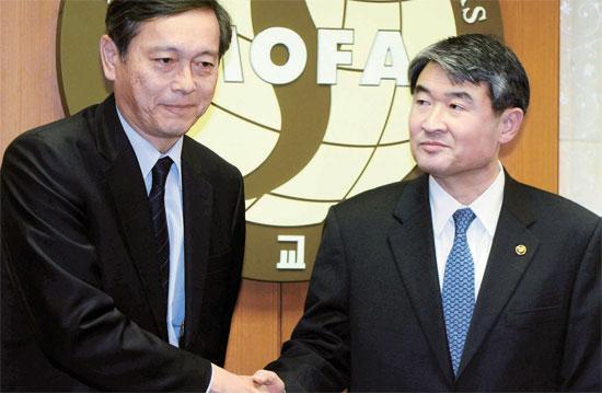 韓日両国の外交次官が12日、顔を合わせた。趙太庸・外交部第1次官(右)が訪韓した日本の斎木昭隆・外務事務次官と挨拶を交わしている。昨年12月に安倍晋三首相の靖国神社参拝以来初めての韓日高位級会談だ。