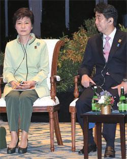朴槿恵(パク・クネ)大統領が昨年10月7日、インドネシア・バリで開かれた「「アジア太平洋経済協力会議(APEC)ビジネス諮問委員会との対話」に参加し、安倍晋三首相の隣に座った。朴大統領がぎくしゃくした韓日関係を反映しているかのように、安倍首相から視線を外したまま正面だけを見つめている。(写真=青瓦台写真記者団)