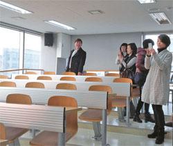 仁川(インチョン)大学の講義室を見て回る中国人観光客。ここではト・ミンジュンの講義シーンを撮影した。