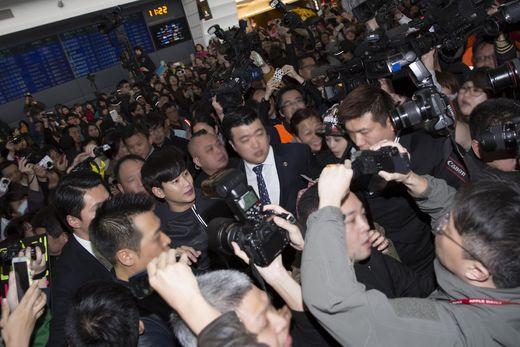 台湾の空港に到着した俳優キム・スヒョン