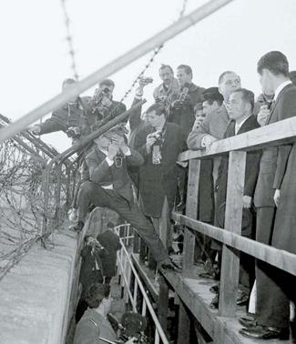 1964年12月、ドイツ(当時、西ドイツ)を訪問した朴正熙(パク・ジョンヒ)元大統領がベルリンの壁を見ている。(中央フォト)