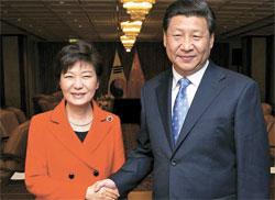 朴槿恵(パク・クネ)大統領が23日(現地時間)、ハーグの韓中首脳会談の席で習近平主席と握手を交わしている。