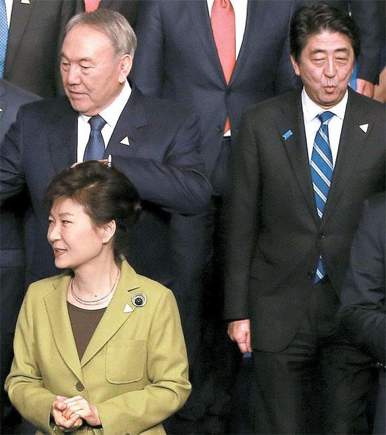 朴槿恵(パク・クネ)大統領が25日午後(現地時間)、第3回核安全保障サミットに参加した53カ国の首脳と4つの国際機構代表らと記念写真を撮影したあと退場している。このあと朴大統領はオバマ大統領、安倍首相と首脳会談を行った。一方、この日の核安全保障サミットでは「ハーグ・コミュニケ」を採択し、核と放射能テロから自由な世の中に向かう国際社会の意志を改めて明言した。