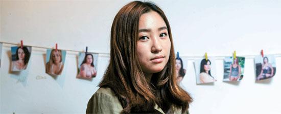 在米写真作家のヨ・ジさんは整形女性に続き拒食症・過食症を病む女性たちを撮っている。学生時代に容姿により自身が大きなストレスを受けた経験のためだ。
