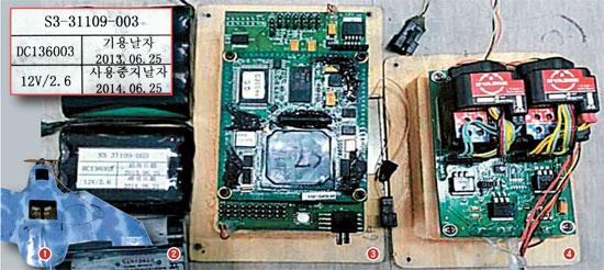 北朝鮮の無人機の核心部品=坡州の無人機(1)で見つかった核心部品。左からリチウムイオンバッテリー(2)、飛行制御コンピューターFCC(3)、ジャイロセンサー(4)。リチウムイオンバッテリーの裏には「起用日」「使用中止日」(赤線内)と北朝鮮式の表記が見られる。FCCは位置情報を入力し、遠隔で無人機を制御する役割を遂行し、該当部品は内部では購入できない。右側のジャイロセンサーは北が日本製の部品を基板に付けて応用開発したと推定される。