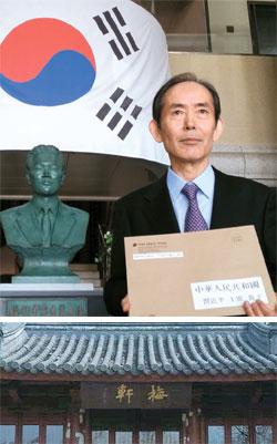 梅軒記念館の尹ジュ館長が尹奉吉義士の銅像前で6日に習近平中国国家主席に送る公開書簡を見せている。写真下は梅軒と書いた扁額が掲げられた上海の魯迅公園にあるあずまや。