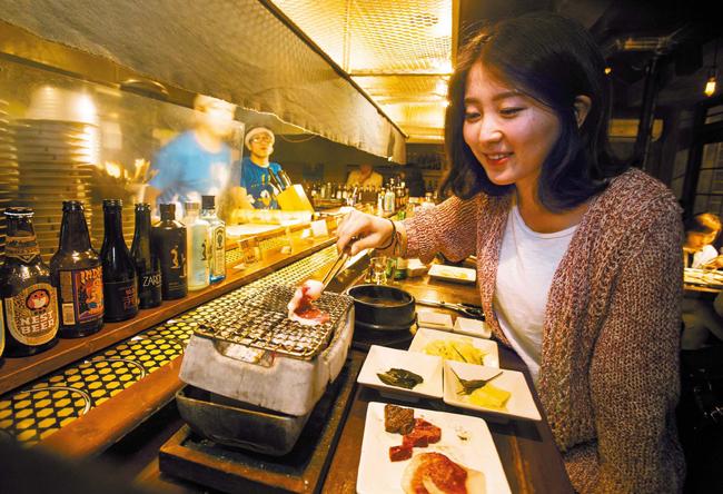 「おひとり様族」が好んで訪ねるソウル・駅三洞の焼き肉店。1人で来る客が主に座る長いテーブルで記者が肉を焼いた。 ここは1人客向けに肉を30グラム単位で販売する。従業員は「1人で来るお客が全体の10%で、ほとんどが他人の視線から自由な明け方に訪れる」と話した。