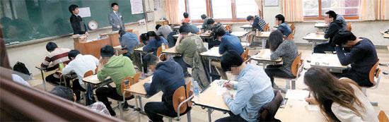 サムスン職務適性検査(SSAT)が13日、全国85カ所の試験場で行われた。この日、試験欠席者を除いて約9万2000人が試験を受けた。志願者がソウル大峙洞の檀国大付属高で試験の開始を待っている。