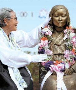 国内で4度目となる「平和の少女像」除幕式が15日、城南市庁広場で開かれた。被害者の金福童(キム・ボクドン)さん(88、左)は「日本に過ちを反省させてほしい」と語った。