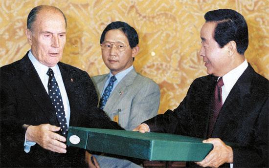 ミッテラン大統領(左)は1993年に金泳三大統領との首脳会談の際に外圭章閣図書のひとつである「徽慶園園所都鑑儀軌」を持ってきた。