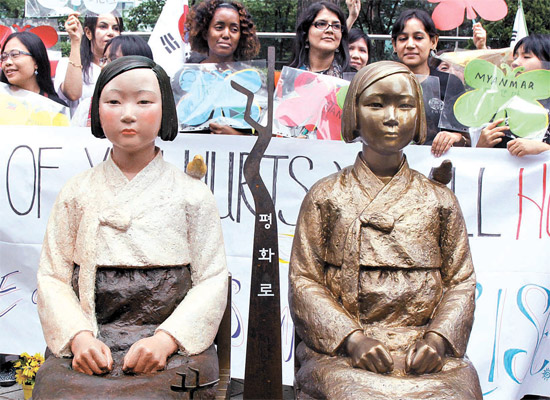 ソウル中学洞(チュンハクトン)日本大使館の前にある少女像(右)。左側はそのオリジナル像。