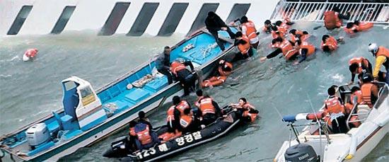 16日午前、全羅南道珍島郡(チョンラナムド・チンドグン)の観梅島(クヮンメド)の南側3キロ地点で沈んでいる6852トン級旅客船「セウォル」の乗客が漁船と海洋警察によって救助されている。船は2時間20分で沈没した。(写真=西海地方海洋警察庁)