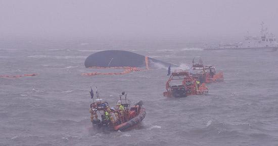 旅客船セウォル号沈没事故から2日目の17日、事故現場の全羅南道珍島沖で海洋警察などが救助・捜索作業をしている。(写真=青瓦台写真記者団)
