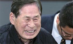 キム・ハンシク清海鎮海運代表が17日夜、仁川沿岸旅客ターミナルで記者会見し、犠牲者と遺族に涙を見せながら謝罪している。
