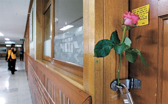 教室の扉にメッセージとバラが置かれている。