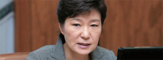 朴大統領が21日の青瓦台首席秘書官会議で「マニュアルが作動しなかった」と述べ、政府の事故対応を叱責した。(写真=青瓦台写真記者団)