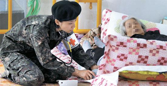 韓国旅客船セウォル号沈没事故から6日が経過している今、救助の便りが届かない安否不明者の家族の表情には疲れの色が日増しに濃くなっている。21日、全羅南道珍道体育館で軍の医療スタッフが安否不明者の家族の健康をチェックしている。