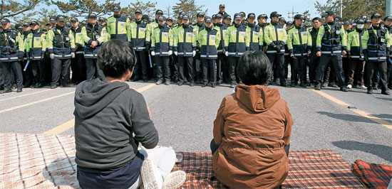 警察が20日、珍島大橋から青瓦台へ向かった「セウォル号」の行方不明者の家族を阻止している。
