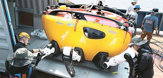 セウォル号捜索・救助作業にカニの形をした海底探査用ロボット「クラブスター(Crabster CR200)」が投入された。昨年、韓国海洋科学技術院(KIOS)が開発したクラブスターは、まだ試作品の段階だが、状況が急を要するため緊急投入が決定された。クラブスターは6本足と30個の関節でできていて、水の流れが速くでも海中を安定して歩くことができる。2本のロボットアームと10個のカメラが装着されている。22日、珍島の彭木(ペンモク)港にクラブスターが降ろされている。