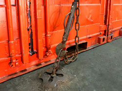 旅客船の貨物室に設置されたコンテナ固定装備ラッシングバー。床に固定させる装備。