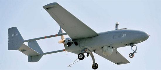 軍が公開した無人偵察機「ソンゴルメ」が8日、上空を飛んでいる。(写真=共同取材団)