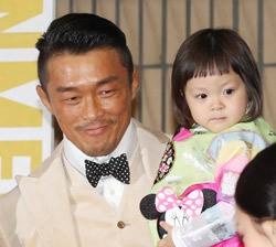 秋山成勲(左)と娘のチュ・サラン