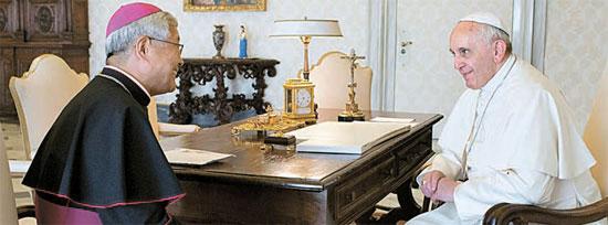 フランシスコ法王(右)とユ・フンシク主教(写真=天主教大田教区)