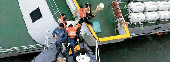海洋警察が16日に公開した乗員が脱出する場面の写真。28日に海洋警察が公開した映像にはこの場面がない。(写真=海洋警察)