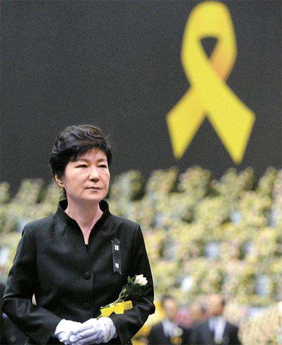朴大統領が29日午前、京畿道安山花郎遊園地に設置された「セウォル号事故犠牲者政府合同献花台」を訪れた。朴大統領は犠牲者の遺影を眺めながら献花した後、黙とうした。(写真=青瓦台写真記者団)