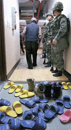 北朝鮮が29日午後2時ごろ、西海のNLLに近い海上で海岸砲50発余りを発射する射撃訓練を実施した。仁川市甕津郡小青島の待避所に住民たちが待避している。住民待避令は午後3時30分に解除された。(写真=甕津郡庁)